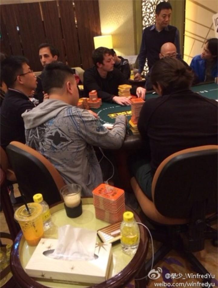 Tom Dwan sedící u super high-stakes cash game v Macau