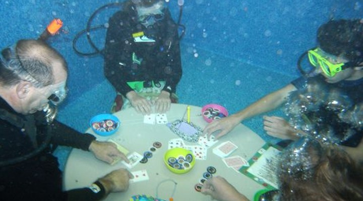 Deep in the tank playing underwater poker f5 poker for Fish table gambling